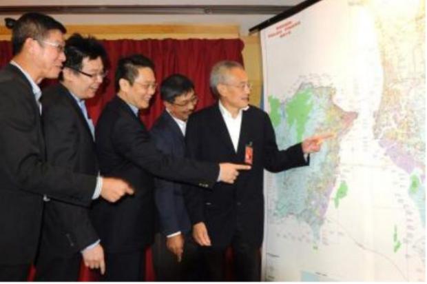 Penang SRS consortium reps looking at map tunnel