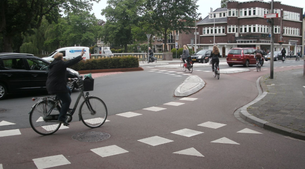 netherlands-zwolle-intersecction-with-cyclists-and-cars