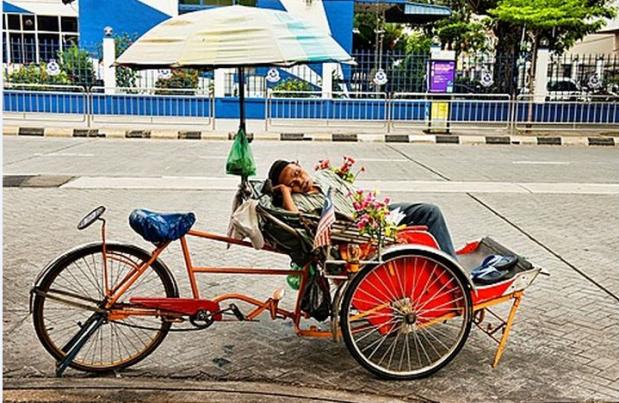 malaysia Penang trishaw sleeping driver